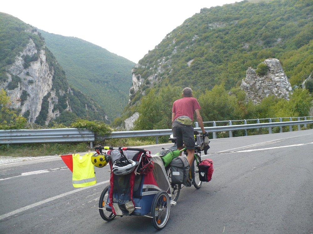 Mit Thule Chariot Anhänger auf Urlaubstour in Italien